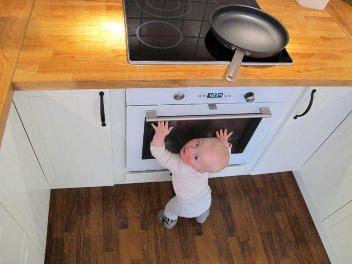 Barn fremfor ovn - Fugleperspektiv